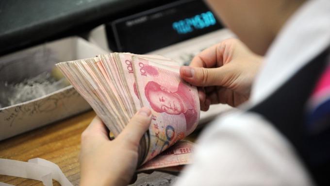 離岸人民幣今日貶破6.97 (圖:AFP)