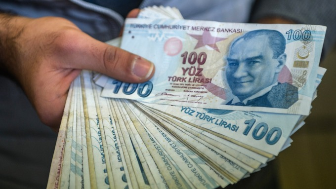 里拉兌美元重貶。(圖:AFP)