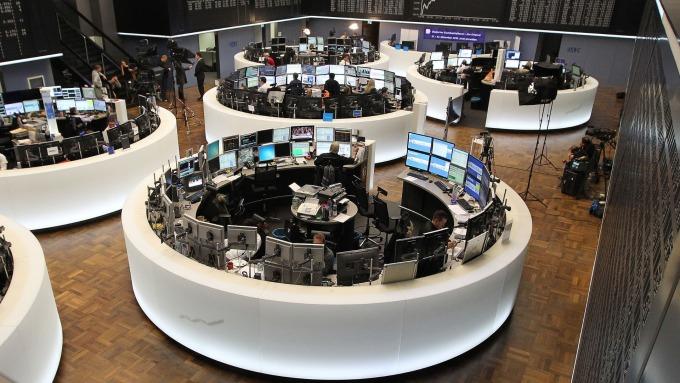 圖:AFP  歐洲股市週一收盤錯綜