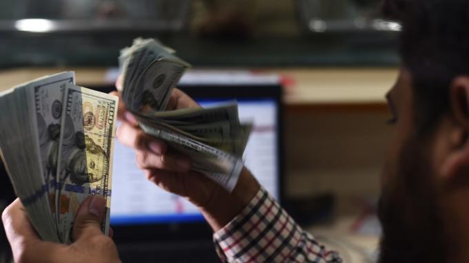 美元指數跌至逾兩週低點。(圖:AFP)