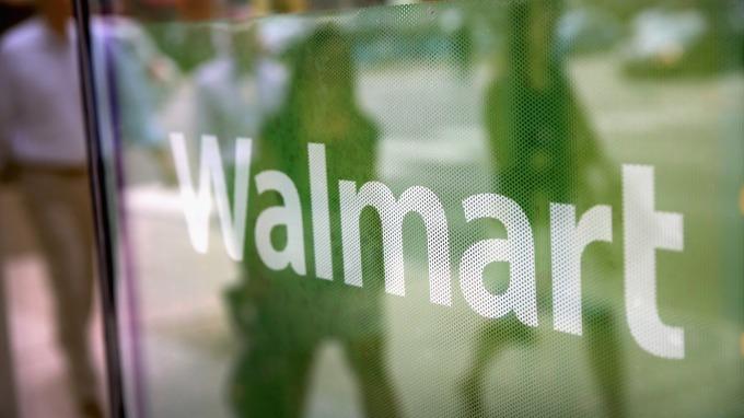沃爾瑪在官網上宣稱,將要搶跑一年一度的黑五大打折。(圖:AFP)