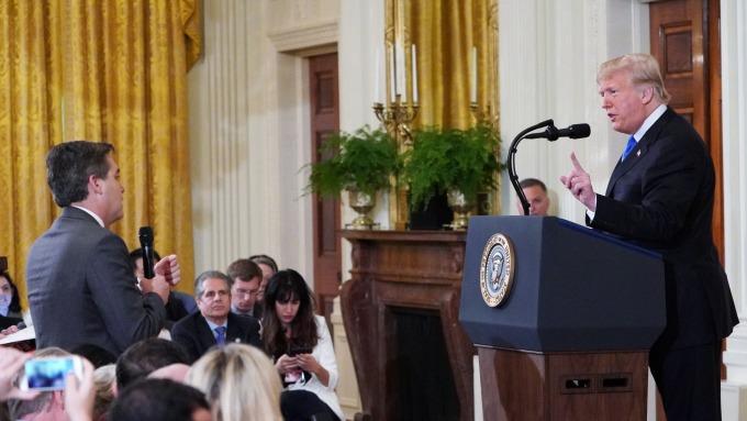 圖:AFP  川普總統(右)與CNN記者Jim Acosta(左)爆發口角