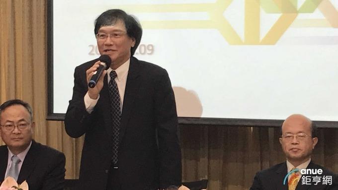 台企銀今天舉行法說,由董事長黃博怡(右)與總經理施建安(中)共同主持。(鉅亨網記者郭幸宜攝)