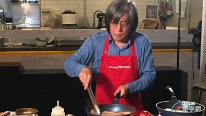 詹宏志秀廚藝宣傳pchome開賣日本和牛。(鉅亨網記者王莞甯攝)