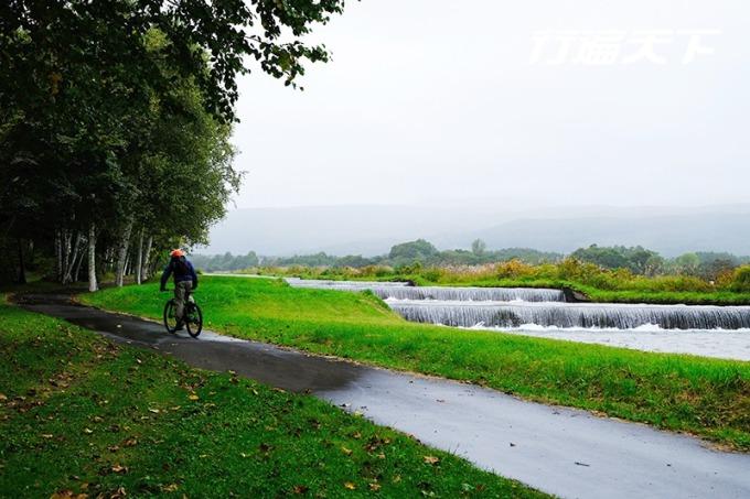 騎上越野腳踏車,輕鬆越過曠野、溪流、林道等地形。