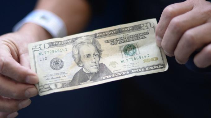 強勢美元推波助瀾,引發美股重挫?(圖:AFP)