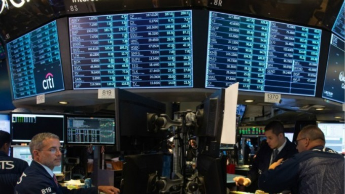 週三鮑爾暗示貨幣緊縮政策放緩,美股上演大漲行情。 (圖:AFP)