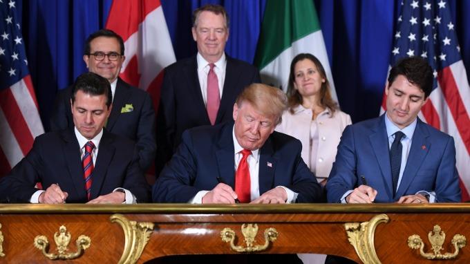 墨西哥總統潘尼亞尼托(左一)、美國總統川普、加拿大總理杜魯多(右一) 簽署美加墨新貿易協定。(圖:AFP)