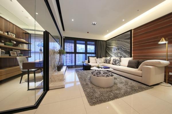 大片拋光地磚與潔白天花板,建構清新的空間。