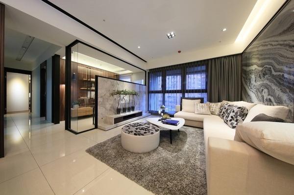 善用灰色調元素,打造現代優雅的客廳空間。