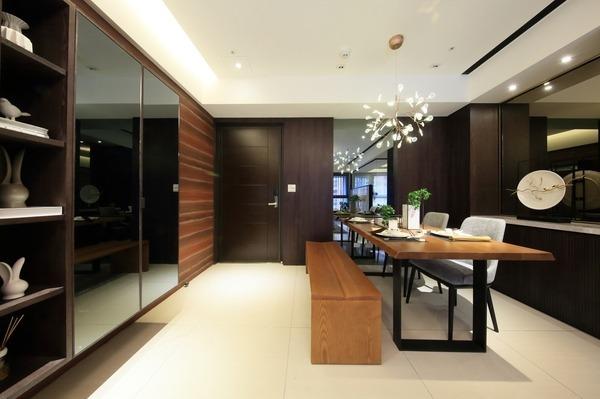 低調奢華有質感的木質用餐環境。