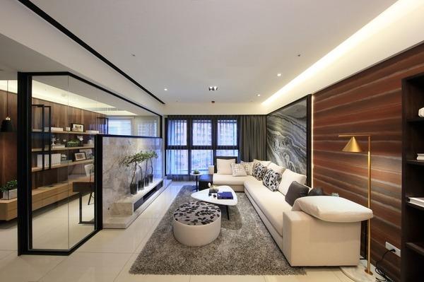 具漸層感的木質牆面,與木質工作書房相互呼應。