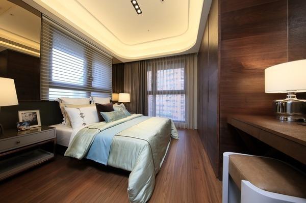 溫暖舒適、雙面採光的主臥室空間。