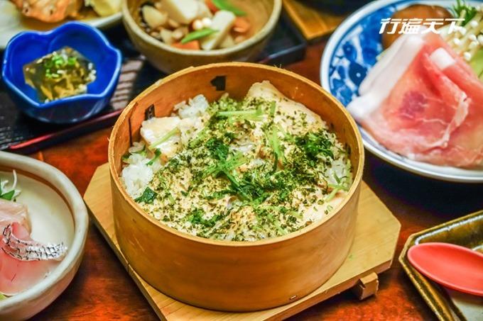 田舍屋以當令黑鯸和薄鹽高湯烹煮的米飯,盛裝在杉木圓筒鋪上配菜再蒸煮的炊飯。