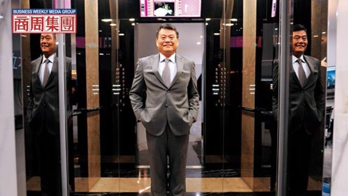 崇友總座游本立站在自家電梯中指出,新年度將招募超過百位有證照的專業人才,擴編維修團隊搶換梯商機。(攝影者.程思迪)