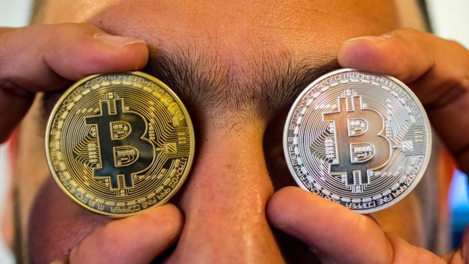 比特幣重挫逾10%。(圖:AFP)