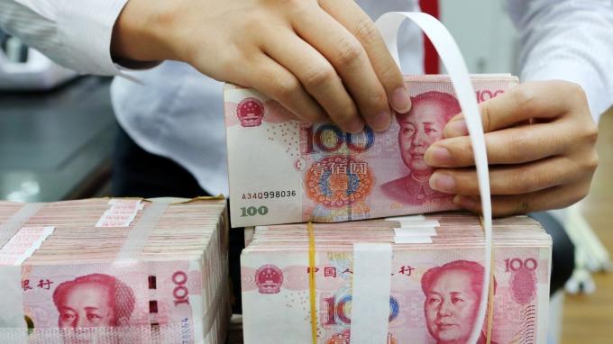 人民幣在岸離岸價均跌破6.91。(圖:AFP)
