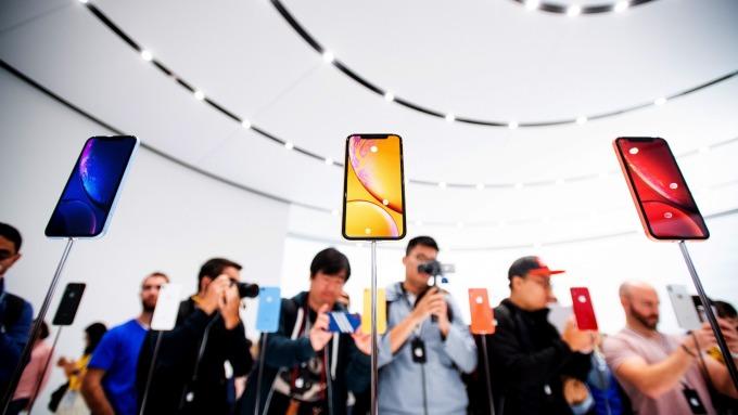 中國一法院裁定「在中國禁售部分iPHONE手機」。(圖:AFP)