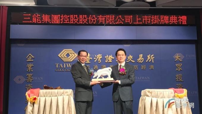 三能-KY今上市掛牌交易,左為三能董事長張瑞榮。(鉅亨網記者張欽發攝)