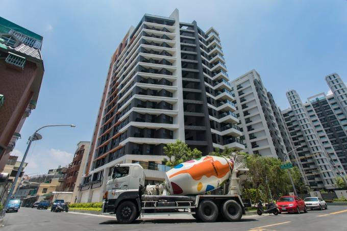 國產混凝土出貨市占坐穩南台灣第一,配合各大建案的建築結構安全需求,推出國產安心建材履歷。
