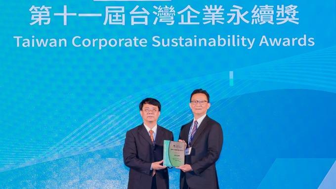 新光銀行榮獲2018台灣企業永續獎,新光銀行總經理謝長融(右)代表接受金管會副主委張傳章(左)頒獎。(新光銀行提供)