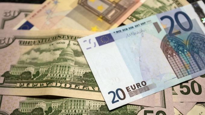 歐元區12月綜合PMI創4年新低,歐元重貶。(圖:AFP)