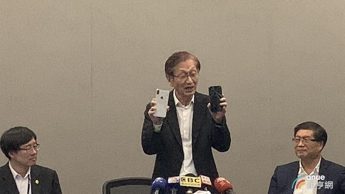 華碩董事長施崇棠表示,不會棄守手機市場。(鉅亨網林宥辰攝)