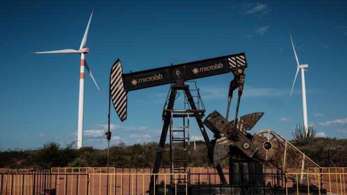 本周一,油價再度雙雙跌破關鍵心理整數位。(圖:AFP)