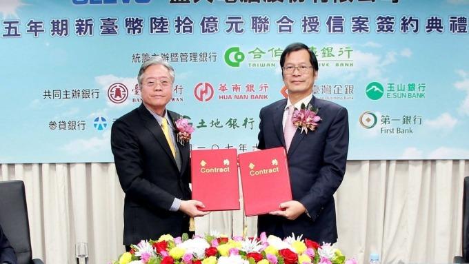 合作金庫商業銀行董事長雷仲達(左)與藍天電腦(股)公司董事長許崑泰(右)交換合約。(圖:合庫提供)