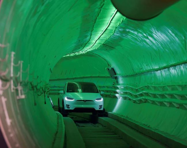 Model X進入Boring公司所開發的隧道。(圖:Reuters)