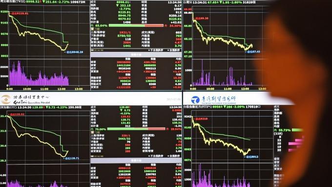 今年以來全球股市慘遭「熊」抱,面對震盪加劇的市場,若有投資老手引路,有助提高勝率。(圖:AFP)