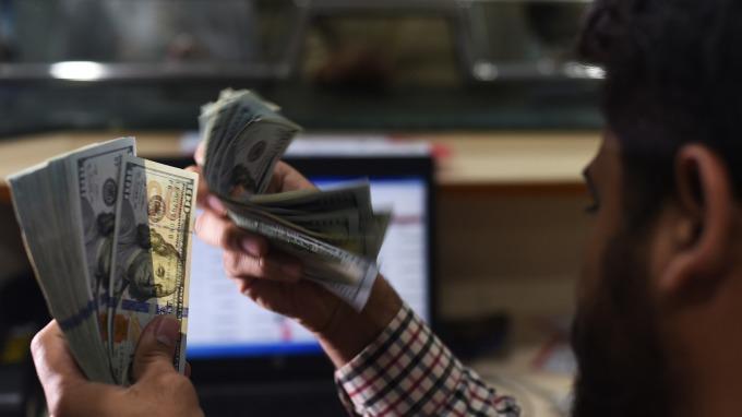 美元兌日圓跌至4個月低點。(圖:AFP)