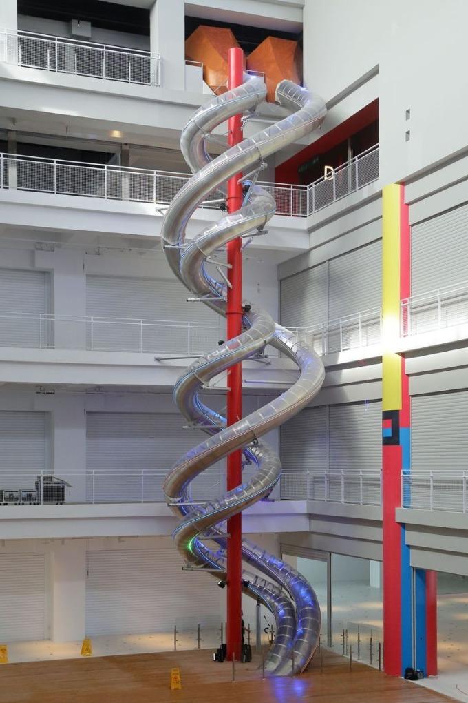 全球室內最高雙螺旋立體親子溜滑梯,自 5 樓溜到地下 1 樓,只要 15 秒之奇幻之旅。