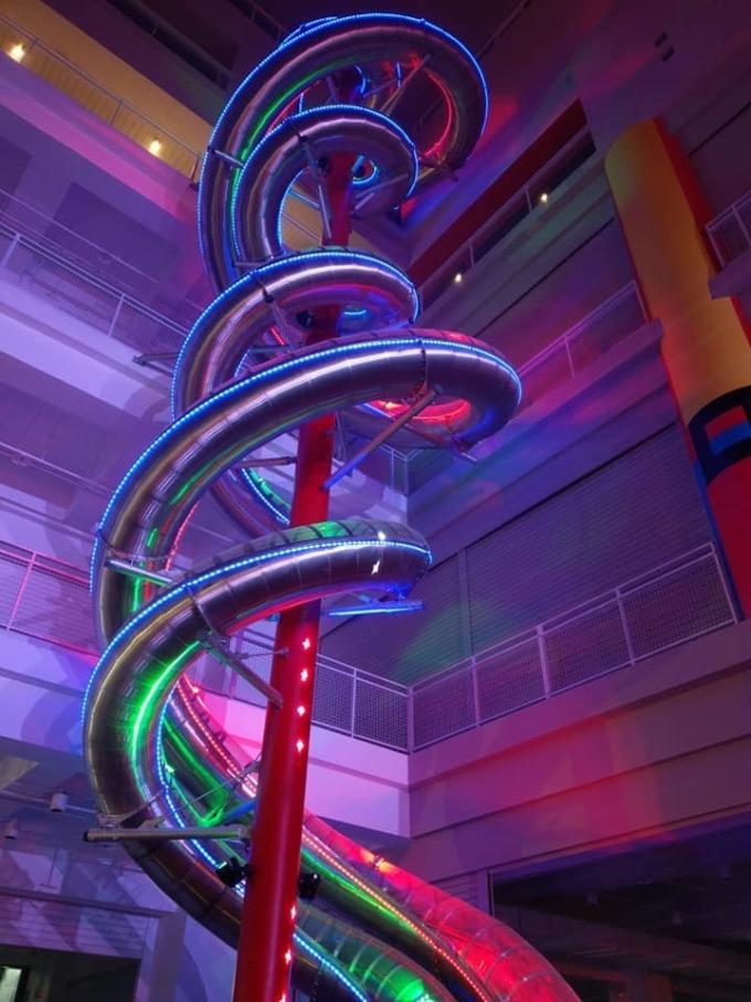 全球室內最高雙螺旋立體親子溜滑梯,高 28 公尺。