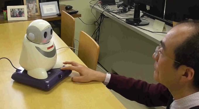 小林透教授進行實驗時的情景 (圖片來源:YouTube)