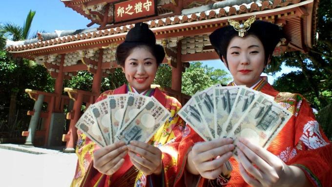 1月3日周四亞洲交易時段,日元兌美元在數分鐘內飆漲4%。(圖:AFP)