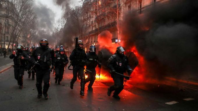 法國黃背心抗議再起。(圖:AFP)