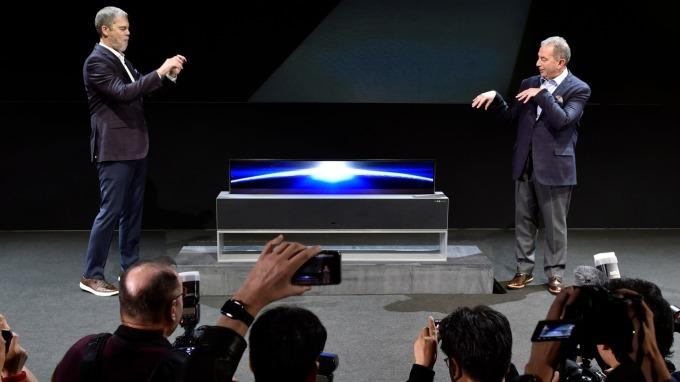 LG 變戲法!OLED電視可自由升降入音響中。(圖:AFP)