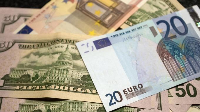 歐元區經濟信心連續12個月下滑,歐元走貶。(圖:AFP)
