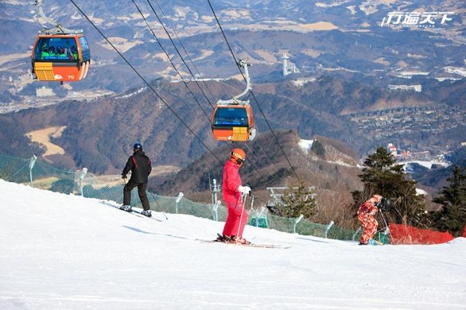 韓國龍平滑雪場坐落在韓國白頭大幹山系,有著「韓國阿爾卑斯山脈」美名,不管滑雪途中或是搭乘纜車,眺望皚皚白雪群峰,美景盡收眼底。