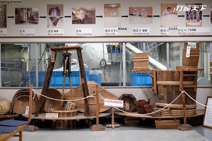 男山酒造江戶時代資料室陳列創業以來的文物並輔以釀酒流程圖說明。