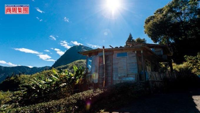 簡嘉文以二次材打造積木茶屋,不僅可飽覽鄒族聖山塔山全景,還能將雲海、夕陽與彩虹等美景盡收眼底。(攝影者.劉煜仕)
