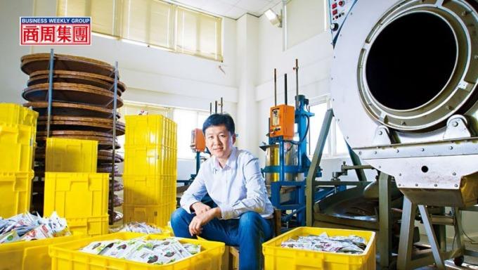黃培倫坐在五金加工廠改造的茶葉廠中,他說每當年底旺季,自動化產線全開,一天可產4萬包奶茶包,堆滿整個倉庫。(攝影者.郭涵羚)