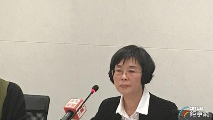 財政部統計處副處長陳玉豐公布去年稅收統計。(鉅亨網記者郭幸宜攝)