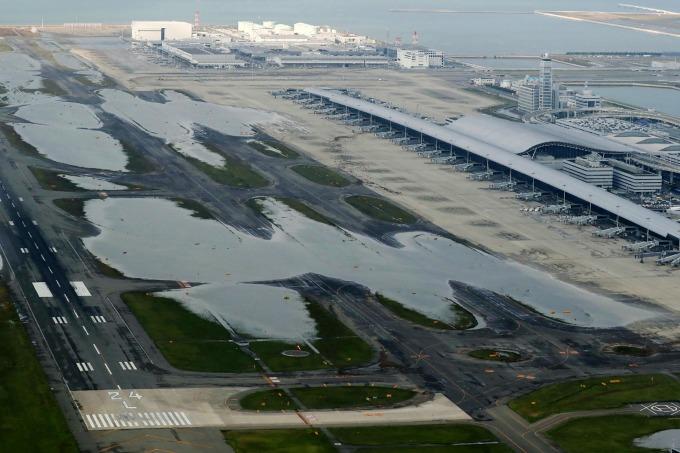 遭水淹的日本關西機場 (圖:AFP)