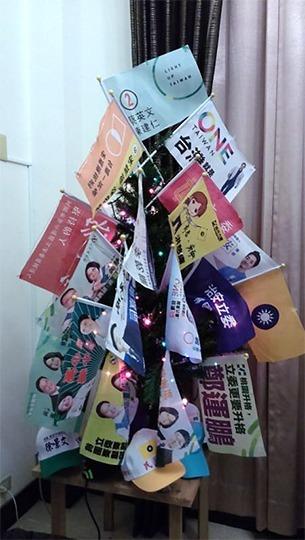 2015 年聖誕節,鮑彤用收藏的競選旗幟精心裝飾聖誕樹。 圖片來源│Frozen Garlic