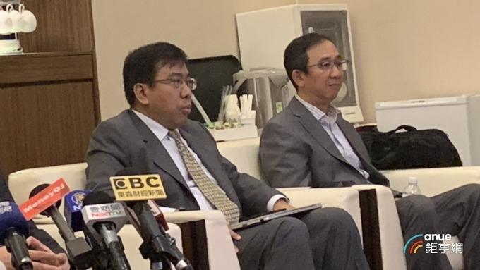 英華達總經理何代水(左)表示,今年採取「全球分布生產」策略布局並加大南昌廠力道。(鉅亨網林宥辰攝)