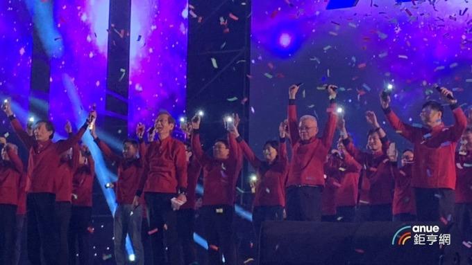 華碩董事長施崇棠、執行長許先越與胡書賓一同演唱「天若光」。(鉅亨網林宥辰攝)