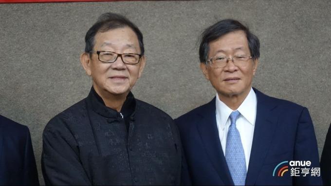台開董事長邱復生(左)及百麗航運董事長藍俊昇。(鉅亨網記者張欽發攝)