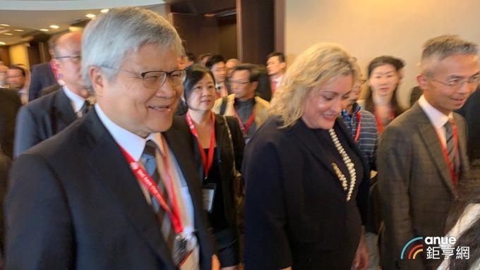 台積電今日法說會,將由董座劉德音與總裁魏哲家(左一)共同主持。(鉅亨網資料照)